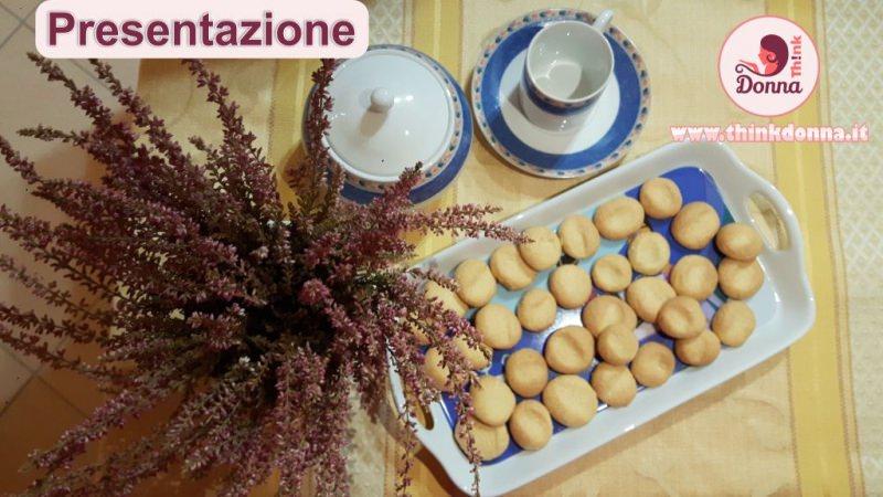 presentazione biscotti fae dei morti tazzina caffè zuccheriera vassoio tavolo fiori erica rosa