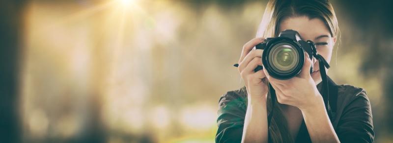 donna macchina fotografica luce natura sole