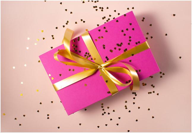 festa della mamma pacco regalo carta rosa fiocco oro coriandoli a forma di cuore