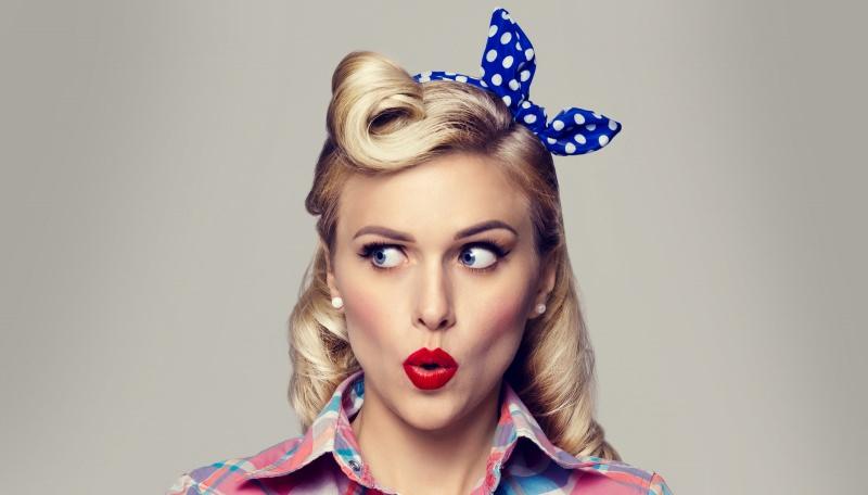 Le acconciature femminili del XX secolo donna capelli biondi occhi azzurri labbra rossetto rosso acconciatura anni 50 cinquanta fiocco fascia blu pois bianchi orecchini perla camcia quadri azzurro rosa bianco