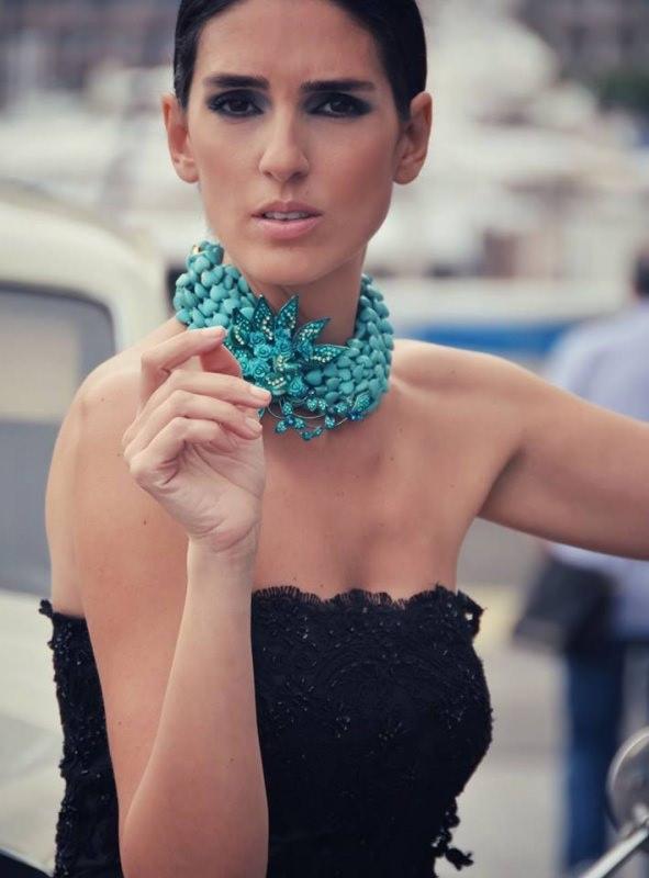Marina Corazziari a ALTAROMA gioielli modella donna occhi capelli castani Collier turchese Jewels handmade