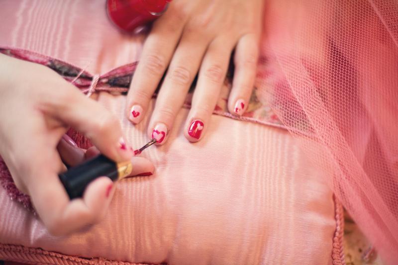 nail art smalto unghie cuore rosso rsa tulle mano donna