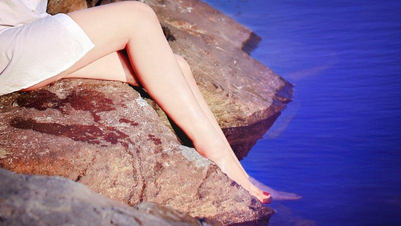 gambe donna scogli mare pressoterapia
