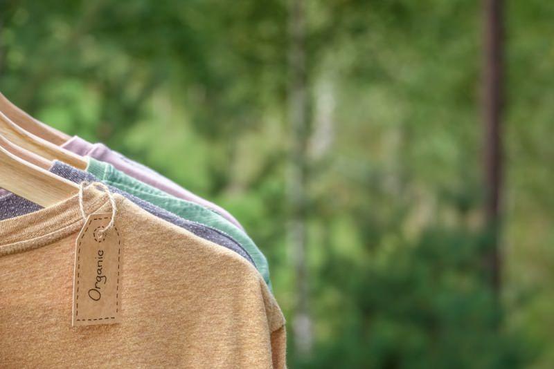 etichetta magliette abbigliamento grucce
