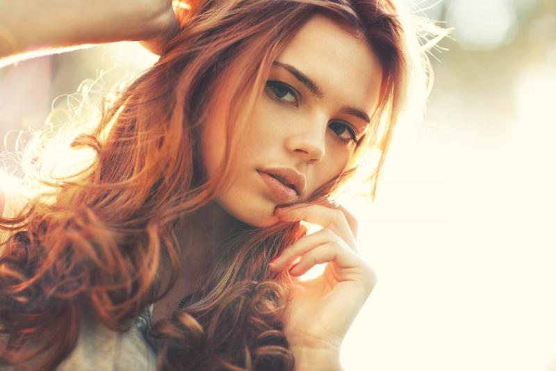 capelli lunghi rossi castani bella donna viso