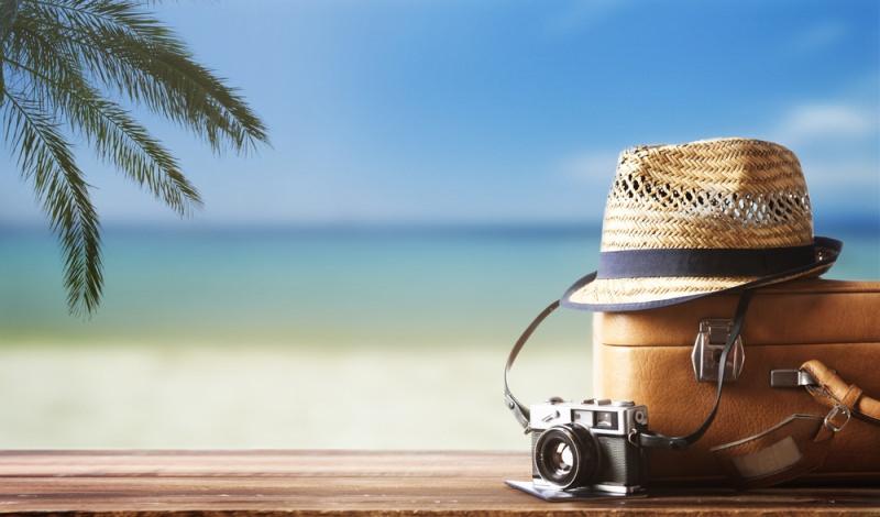 valigia mare cappello macchina fotografica estate palma spiaggia
