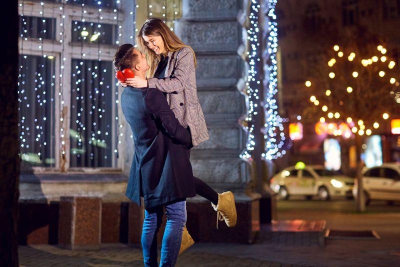 coppia innamorati abbraccio felicità festa san valentino cuore amore