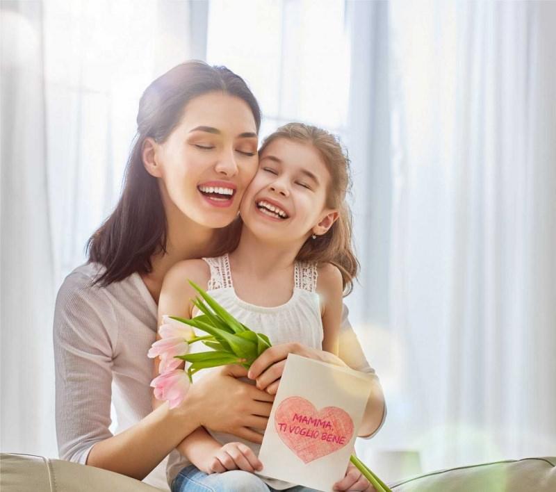 mamma e figlia abbraccio regalo tulipani rosa biglieto auguri cuore festa della mamma