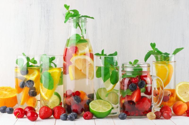 bottiglia bicchieri vetro detox water menta fragole mirtilli lamponi lime ciliegia albicocca ribes limone arancia
