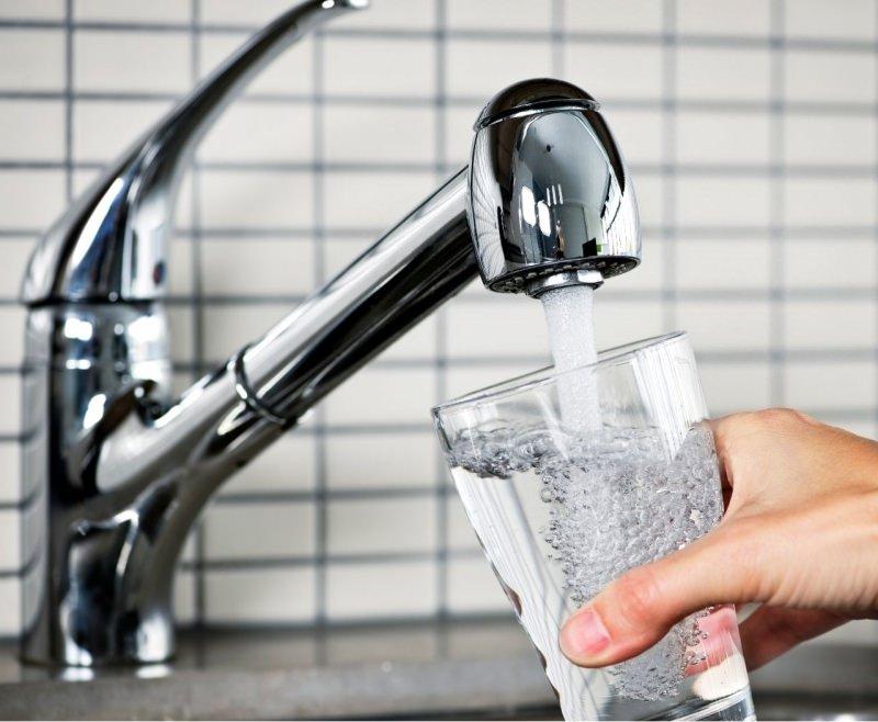 acqua potabile pura da rubinetto pulito lucido senza calcare addolcitore