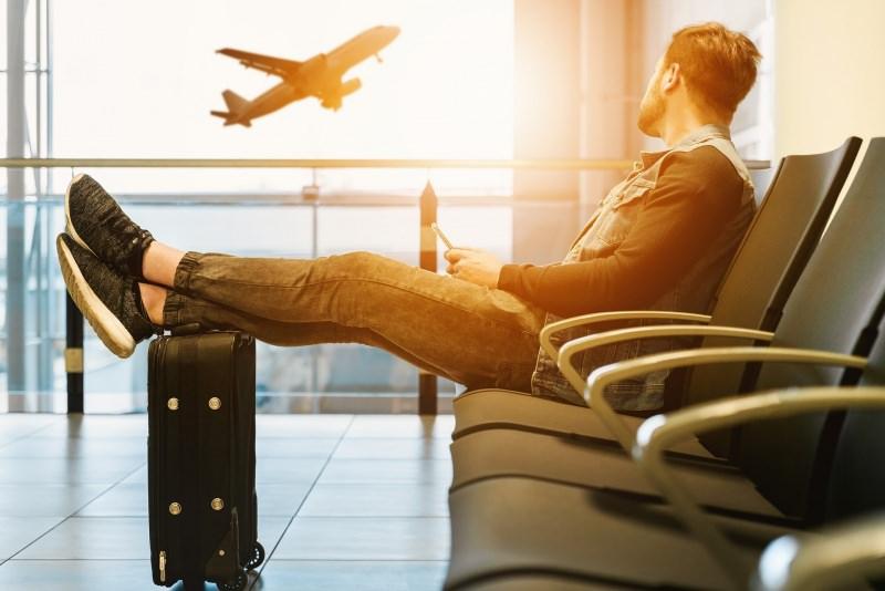 aeroporto aereo viaggio uomo trolley bagaglio