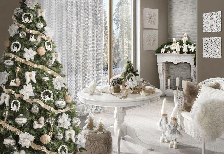Natale 2018 | Addobbi natalizi| Idee | Colori | Decorazioni bianco oro Albero di Natale bambole pezze lana sedia coperta pelliccia sinttica finestra soggiorno tavolo