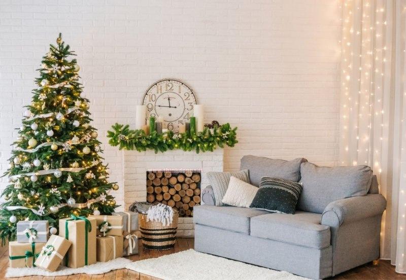 divano azzurro camino soggiorno decorazioni natalizie albero di natale oro
