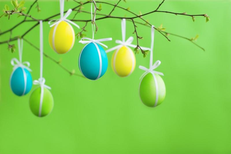 uova colorate appese rami albero pasqua