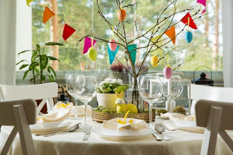 decorazione pasquale bandierine albero rami vaso con uova colorate centrotavola tavola apparecchiata
