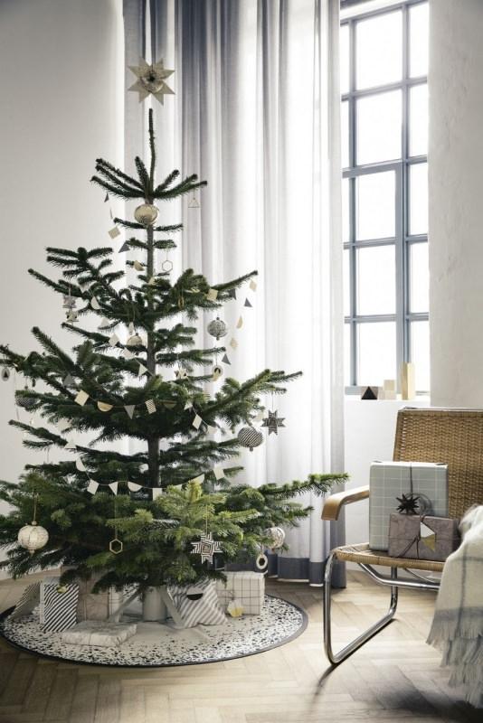 Albero di Natale in stile scandinavo | Decorazioni natalizie nordiche tappeto sotto albero pacchi regalo righe plaid