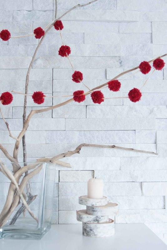 Albero di Natale in stile scandinavo | Decorazioni natalizie nordiche ramo secco pon pon rosso vaso vetro