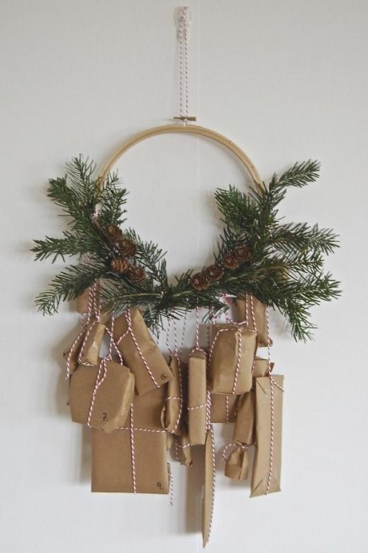 Albero di Natale in stile scandinavo | Decorazioni natalizie nordiche calendario dell'Avvento carta kraft spago rosso bianco ramo pino pigne