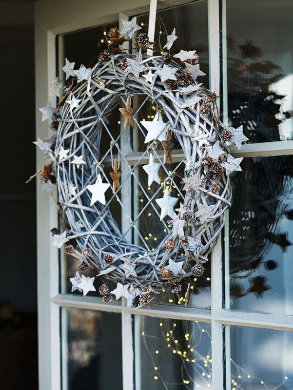 corona rami secchi stelle dietro porta Albero di Natale in stile scandinavo | Decorazioni natalizie nordiche
