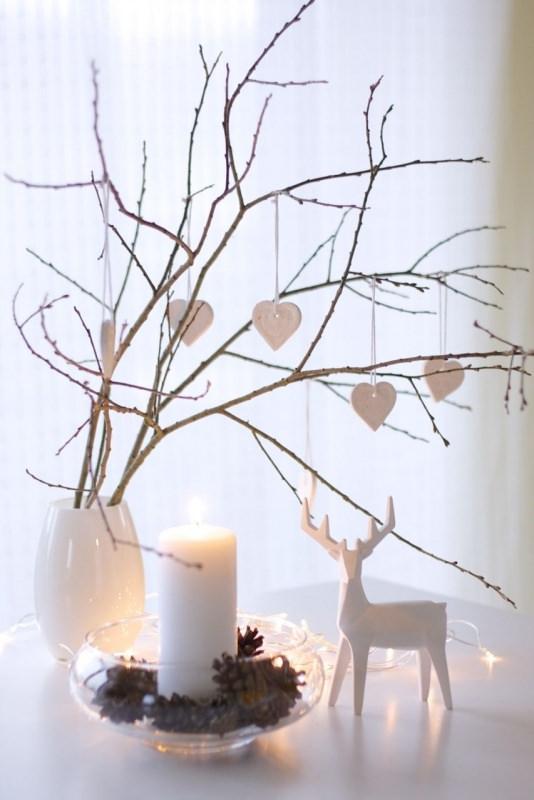 Albero di Natale in stile scandinavo | Decorazioni natalizie nordiche legno cuori luci led rami secchi renna ceramica bianca centrotavola vetro candela pigne