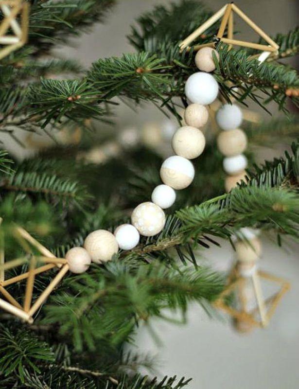 Albero di Natale in stile scandinavo | Decorazioni natalizie nordiche forme geometriche sfere legno rami
