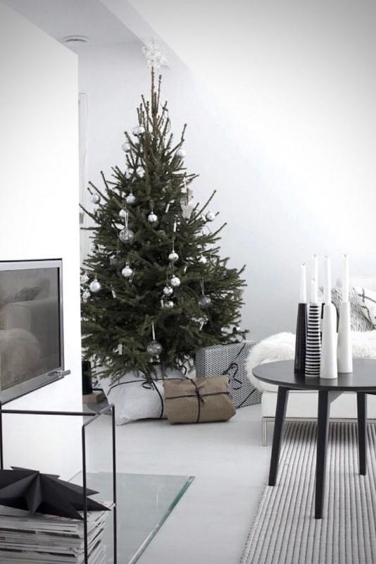 Albero di Natale in stile scandinavo | Decorazioni natalizie nordiche palline argento pacchi regalo divano tavolo