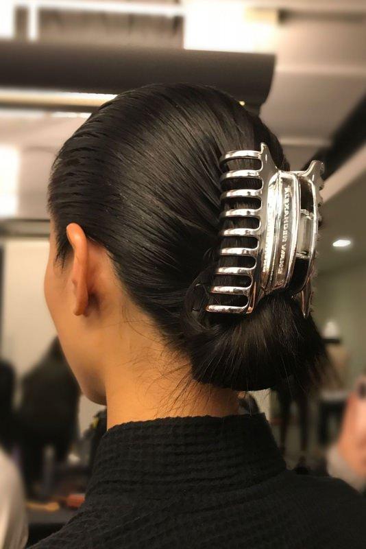 Moda, quali stili vedremo il prossimo autunno/inverno 2018 2019 claw clip alexander wang pinza capelli