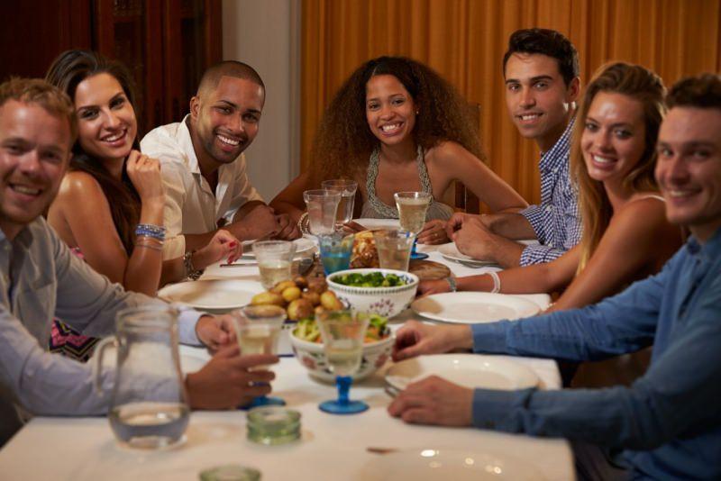 amici a cena divertimento sorrisi tavola