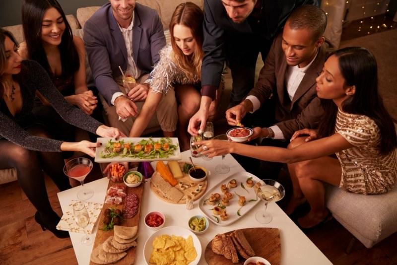 amici a cena mangiano e si divertono antipasti