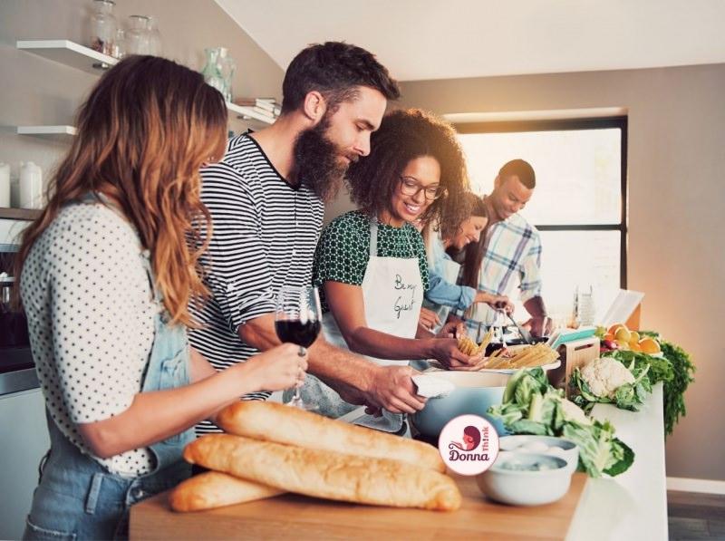 spaghettata con amici preparazione cena cucina risate