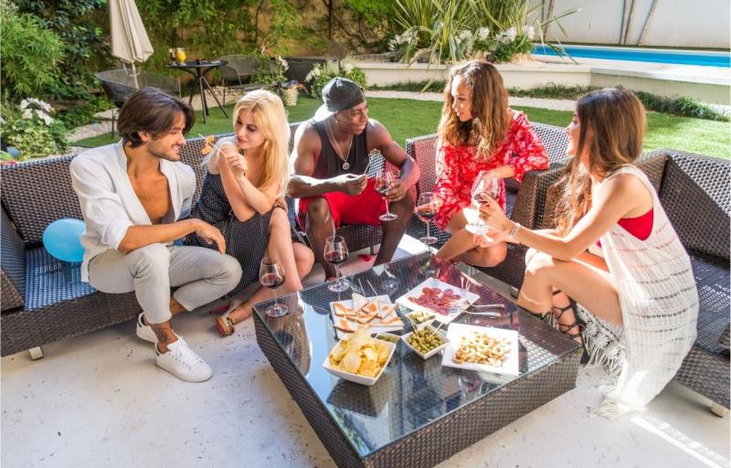 arredo mobili da giardino salotto tavolino festa amici aperitivo aperto tavolo ombrellone