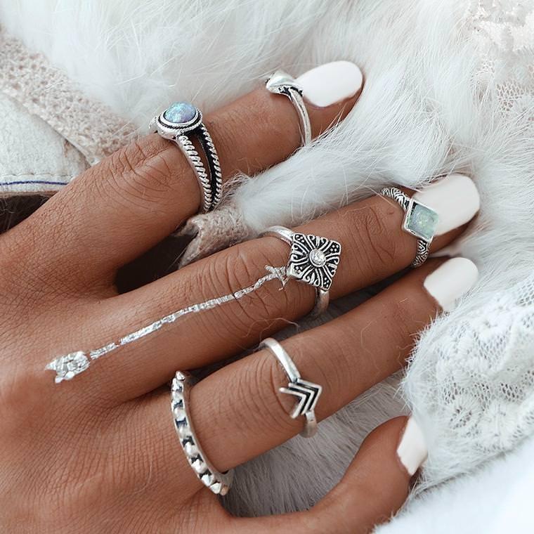 Gli accessori moda, le tendenze principali della prossima stagione primavera estate 2018 anelli argento pietre indossati contemporaneamente mano donna