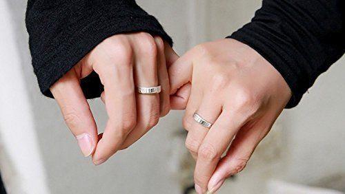 Gli anelli con iniziali sono il regalo d'amore perfetto mani uomo donna