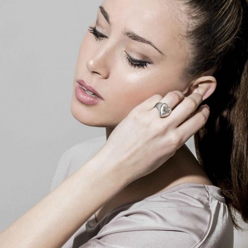 donna con anello Nomination Gli anelli con iniziali sono il regalo d'amore perfetto