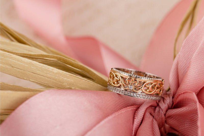 Anello in oro rosa e oro bianco con motivo floreale gioiello fondo raso