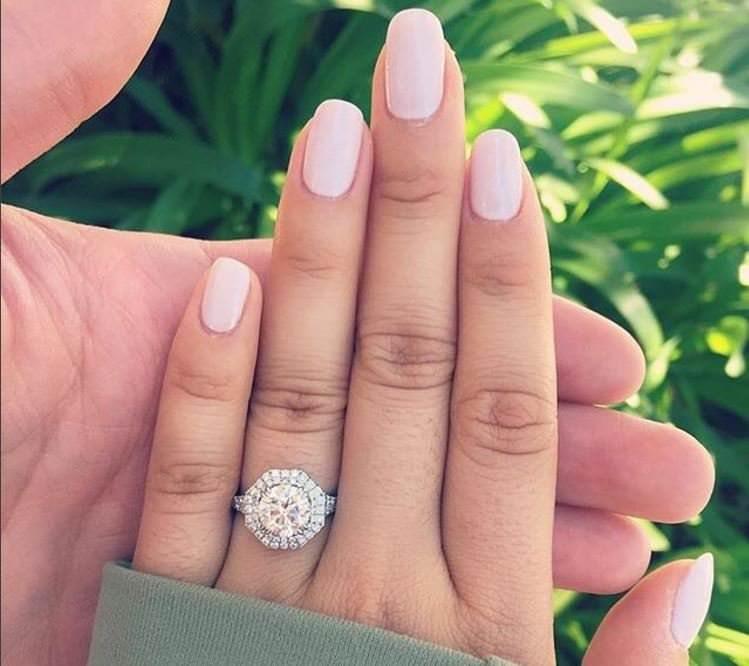 Acquistare gli anelli su internet risparmiando: ecco come anello oro diamanti brillante mano donna smalto rosa chiaro mano uomo foglie alberi