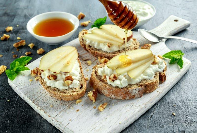 antipasto bruschetta formaggio molle pera nocciole miele tagliere