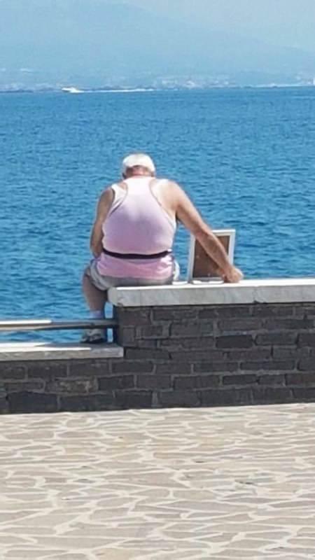 Lugnomare Caboto Gaeta, porta con sé la moglie per guardare insieme il mare: la foto che ha commosso il web mare