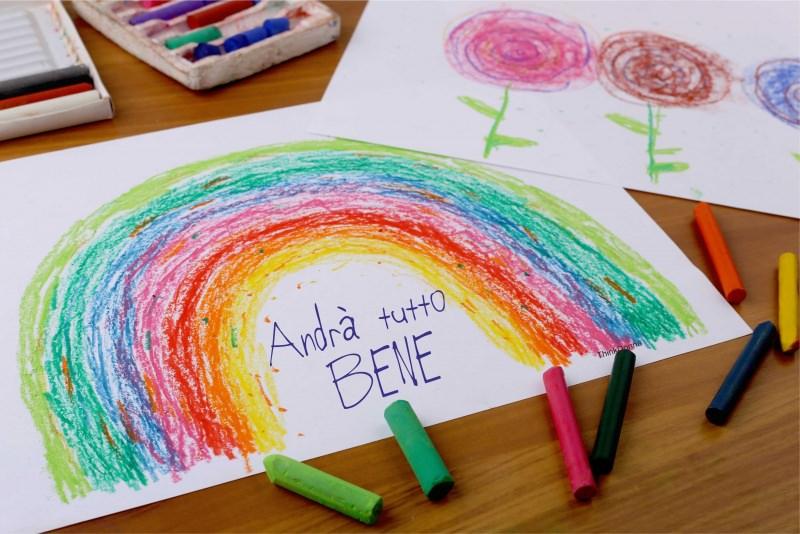 arcobaleno andrà tutto bene disegnato e colorato a mano