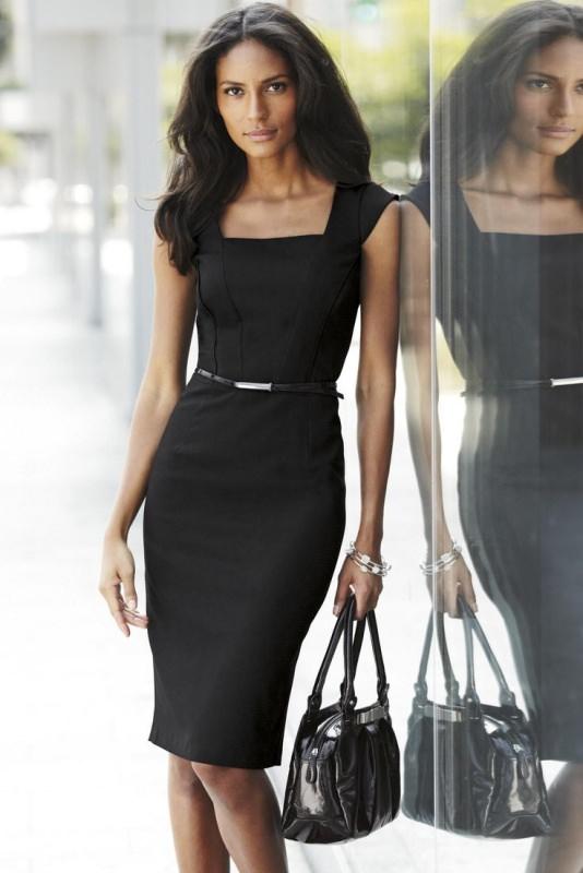 Il manuale del guardaroba perfetto classic little black dress bella donna capelli castani elegante abito nero cinturino a vita borsa nera bracciali