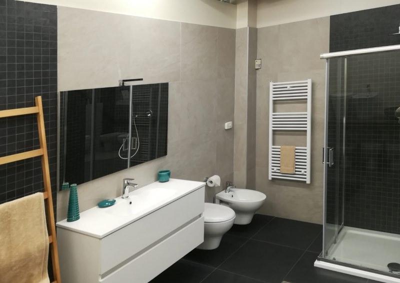 arredo bagno mobili e sanitari sospesi sfruttare lo spazio doccia