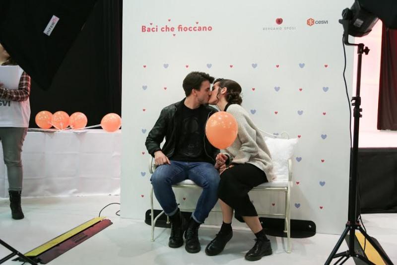 Bergamo Sposi: 10 motivi per andare alla fiera degli sposi cerimonia palloncini coppia uomo jeans donna bacio divano panchina cuscini