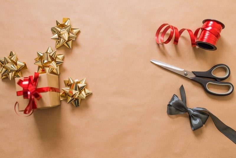 Come preparare il Natale in anticipo, mese di novembre confezionare pacchi regalo carta fiocchi forbici nastro