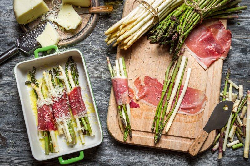 asparagi avvolti prosciutto crudo pecorino grattugia grana tagliere pirofila