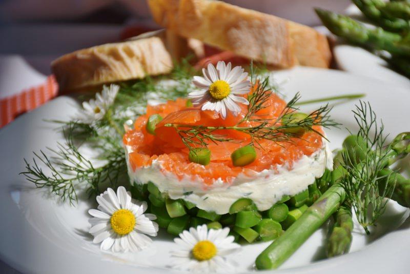 foto libera pixabay Ricetta Pasqua Tortino di salmone, asparagi e formaggio piatto pronto fiore margherita