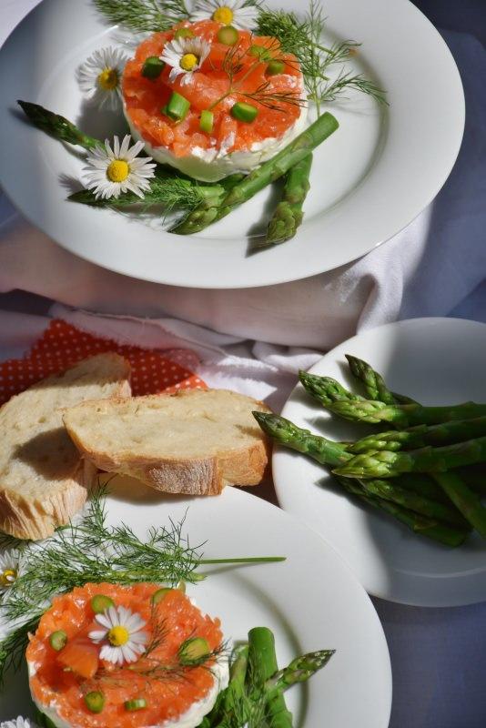 Ricetta Pasqua Tortino di salmone, asparagi e formaggio piatto pronto antipasto fiori margherite bianche
