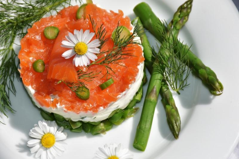 Ricetta Pasqua Tortino di salmone, asparagi e formaggio piatto pronto antipasto fiore margherita bianca