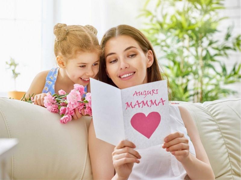 figlia bambina regala biglietto auguri festa della mamma cuore