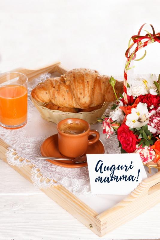 biglietto auguri festa della mamma colazione vassoio fiori caffè