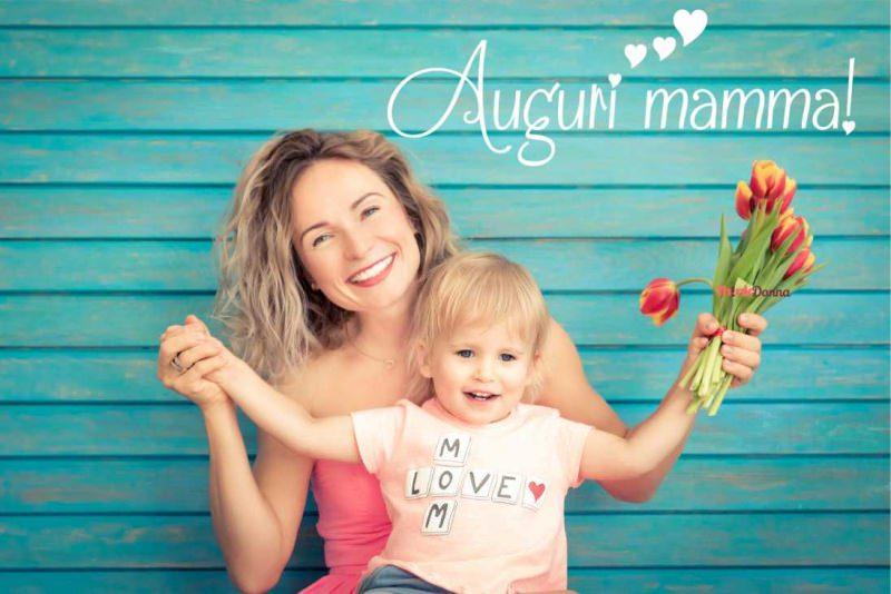 bambino in braccio alla mamma sorrisi auguri festa della mamma tulipani rosso giallo